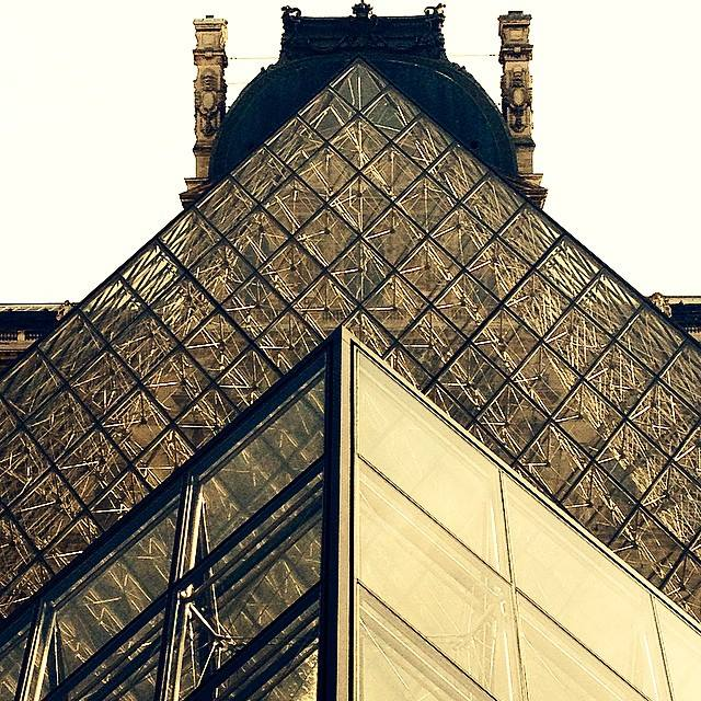 Louvre pyramid/ Daisy de Plume