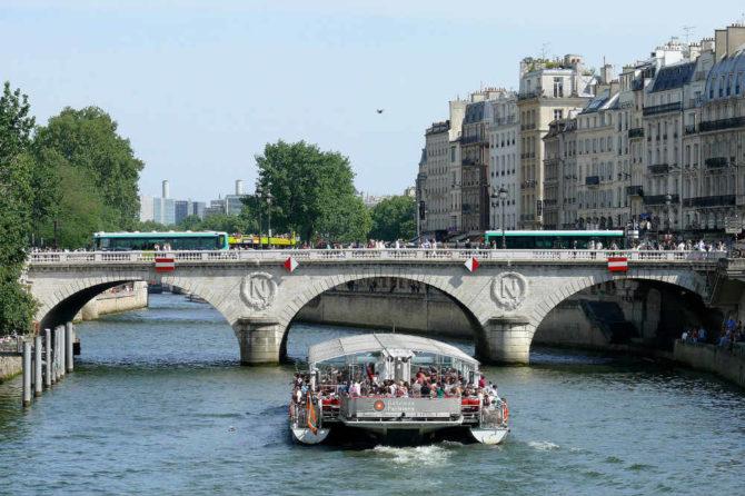Taking the Bus in Paris: A Very Parisienne Love Affair