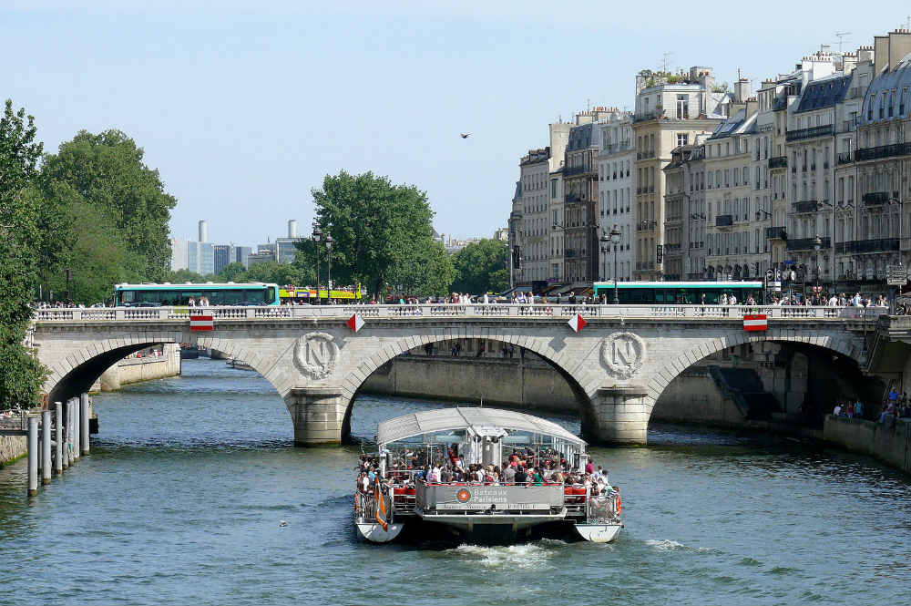 Buses crossing the Pont Saint-Michel