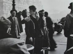 Le Baiser de l'hôtel de ville by Robert Doisneau