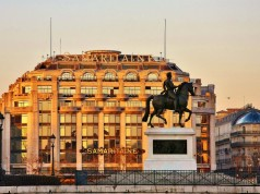 La Samaritaine and the statue of Henri IV/ Photographer Adrian Scottow