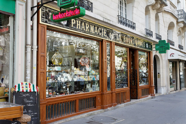 The pharmacy at 54 rue de la Bourdonnais is a historic monument