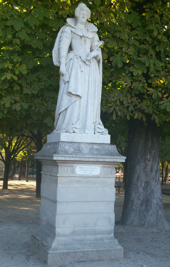 statues in the Jardin du Luxembourg