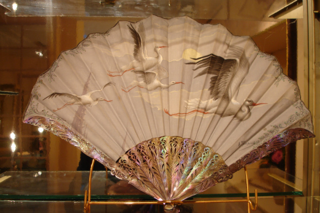 Silk fan with mother-of-pearl handle, gallery Marie Maxime