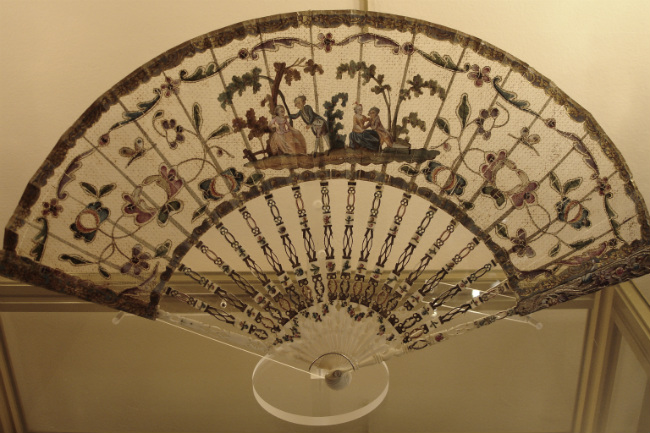 18th century fan with openwork catgut canvas, gallery Marie Maxime