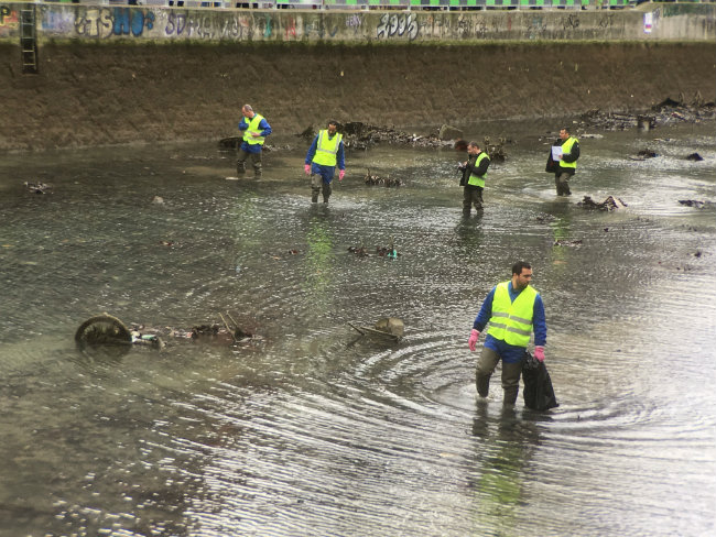 cleaning the Canal Saint Martin