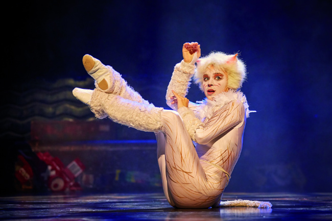 "Victoria, played by Emmanuelle Guélin, in ""Cats"" at the Mogador"