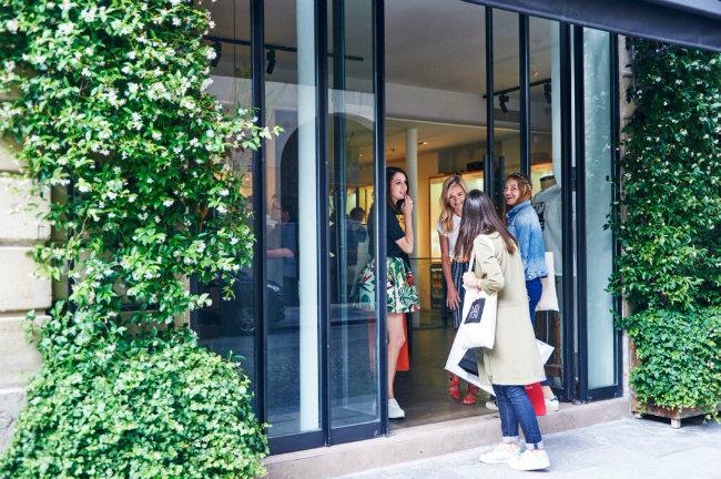 summer soldes pick up some bargains with paris shopping tour. Black Bedroom Furniture Sets. Home Design Ideas