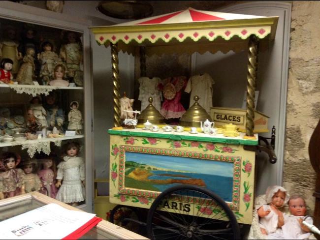 vintage ice cream chariot in L'Isle-sur-Sorgue