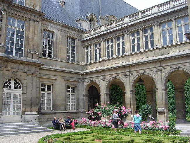 Carnavalet's central garden courtesy of © Wikipedia / Public Domain / David Monniaux