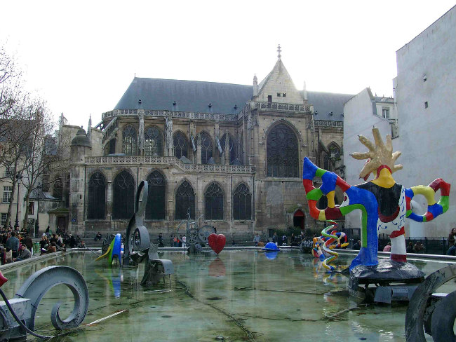 St. Merri Church, exterior with Nikki de Saint-Phalle and Yves Tanguy sculptures / Public Domain