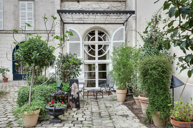 for sale: 7th arrondissement apartment with a courtyard garden
