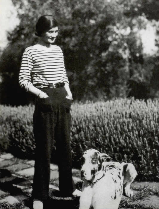 Chanel wearing a sailor's jersey and trousers. 1928. Public domain.