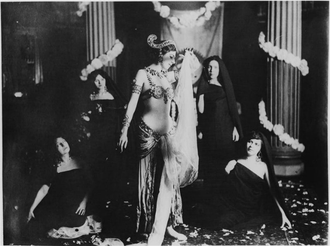 Mata Hari performing in 1905