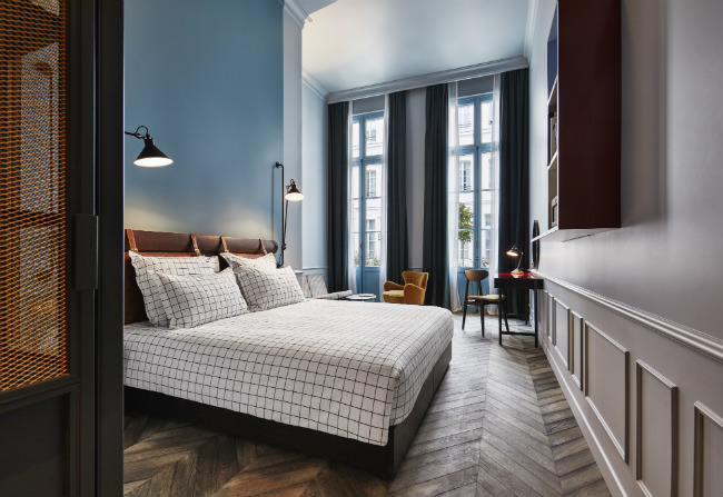 hot hotels in france the hoxton paris opens hotel reviews. Black Bedroom Furniture Sets. Home Design Ideas