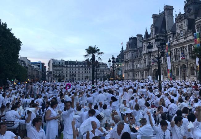 Le Dîner en Blanc Celebrates 30 Years in Paris