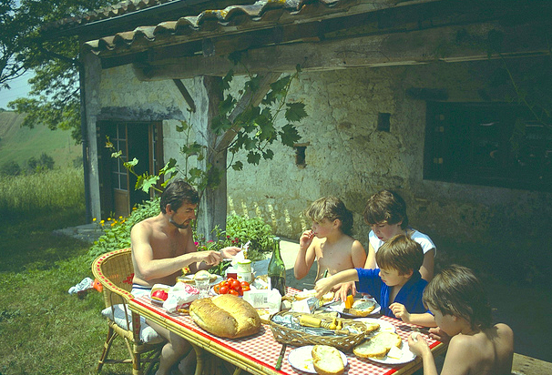 Family lunch at the Valence d'Agen farmhouse ©Josh Aggars