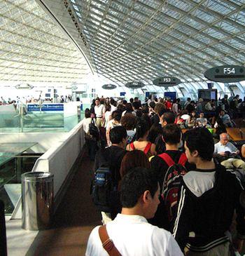 Long lines of passengers at CDG. Photo: Luisavilla