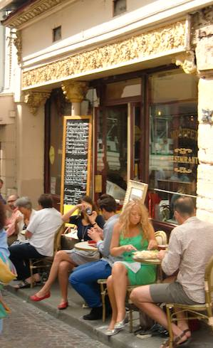 Street cafe on rue Mouffetard. Photo: L. Franke