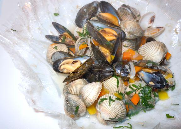 Bistro des Gastronomes, Papilotte de coques et moules en marinière. Photo: M. Kemp