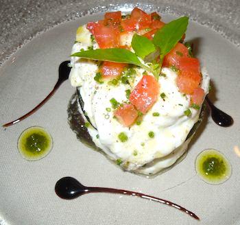 Sauvage: millefeuille de légumes aux burrata et basilic. Photo: M. Kemp