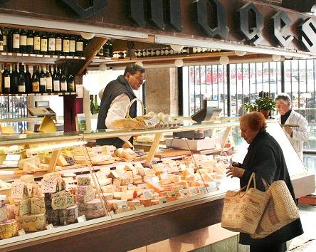 Cheesemonger at Marche Beauvau. Photo credit: L'Internaute-Agathe Azzis.