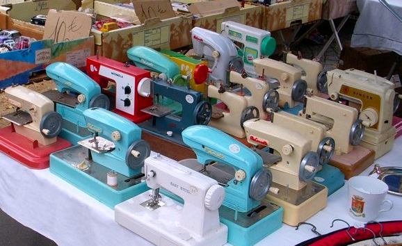 Vanves vintage sewing machines. Photo: sewingbytheseatofmypants