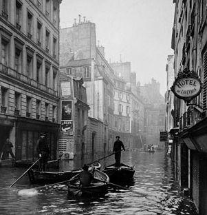Rowboats on rue de Seine. Photo: Chevojon-BHVP-Gleyris